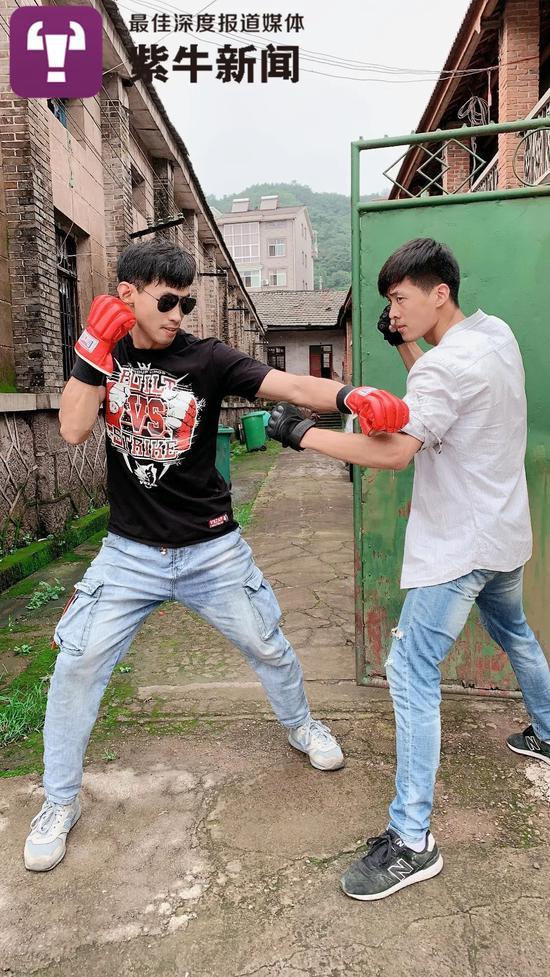 孙安和哥哥模仿《拳皇》的画面