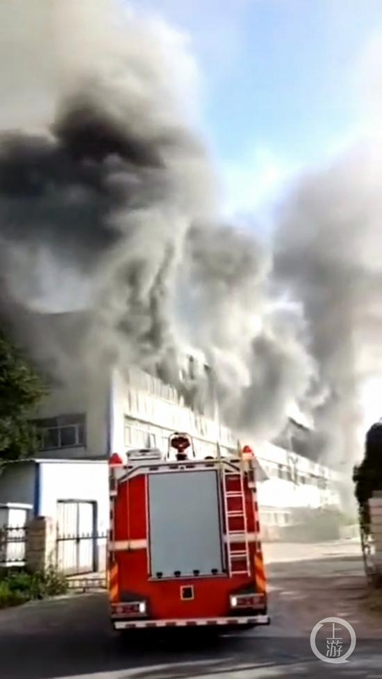 ▲7月24日下午,长春市一物流仓库起火,火灾现场浓烟滚滚。图片来源/目击者提供