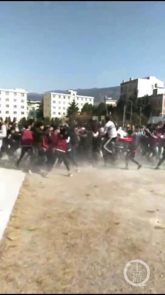 云南学生校园群殴事件怎么回事 和电影里古惑仔打架一样