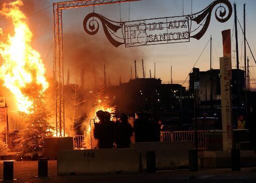 抗议者恣意纵火(图源:视觉中国)
