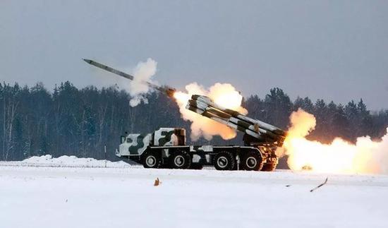 """▲原料图片:俄军BM-30""""龙卷风""""远火发射火箭弹刹时"""