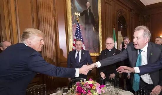 去年3月,达罗克在一场宴会上与特朗普握手。