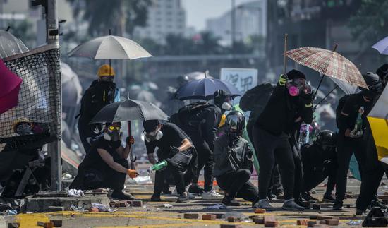 往年11月17日首暴徒占有理工大校园,与警方对峙爆发强烈冲突。