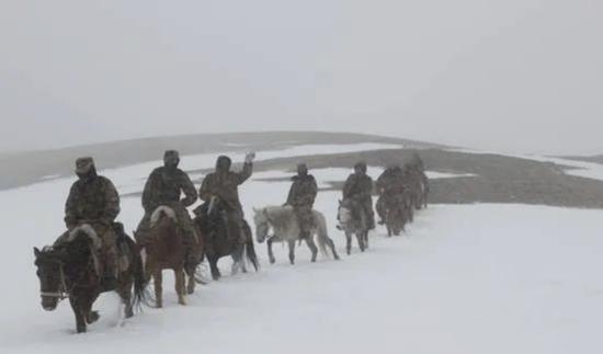 祁发宝和战友们在暴风雪中巡逻执勤