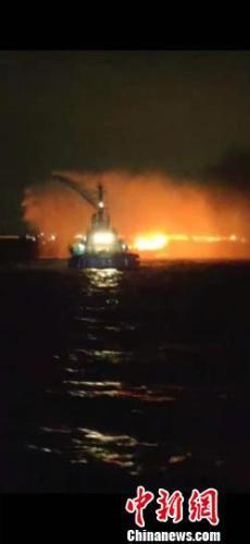 广州航道附近水域一渔船着火,广州海事紧急救援 周鹏 摄