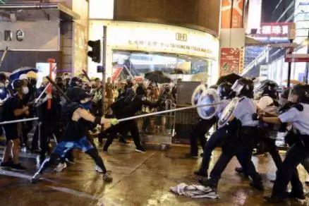 旺角警署,也曾被激进示威者狂掷汽油弹——
