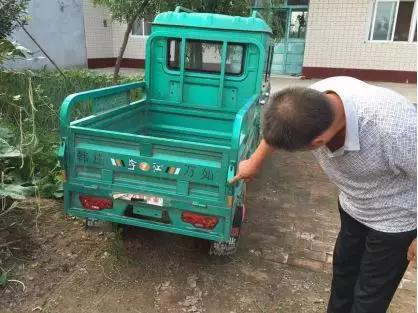 李程指向自家电动三轮车与私家车磕碰处