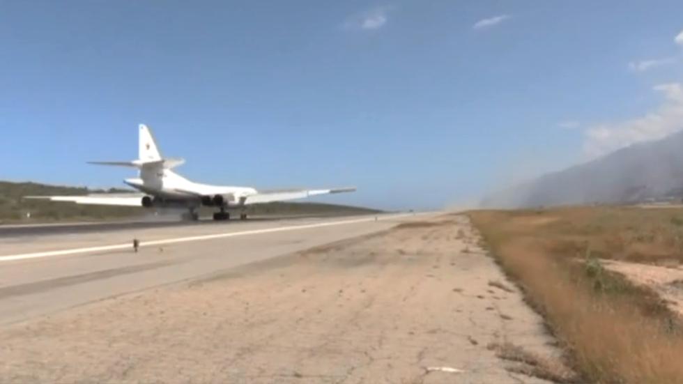 10日,由俄国防部调派的两架图-160战略轰炸机飞抵委内瑞拉。(今日俄罗斯网)