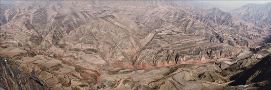 """△""""在这样一个极度贫瘠的地方,不具备人类生存的基本条件"""",1982年联合国粮食计划署官员考察甘肃后这样评价。"""