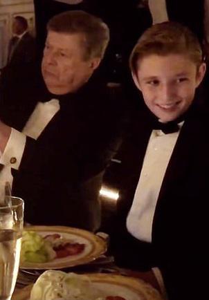 特朗普夫妇二人的幼儿子巴伦现身新年前夜派对。(《每日邮报》)
