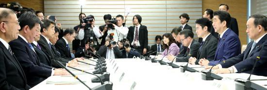 安倍在会议上发言(朝日新闻)
