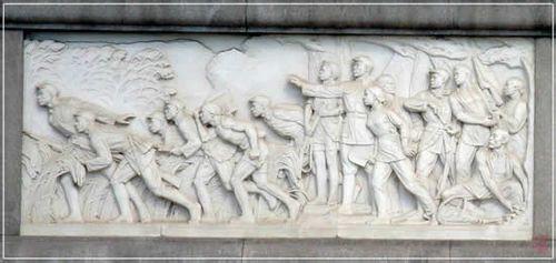 浮雕之一:抗日游击战争。留意浮雕右下方的生动细节:一位农民正从树洞里掏出手榴弹放在担箕中