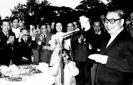 """1976年,时任""""行政院长""""的蒋经国。"""