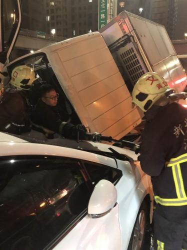 台湾发生5车连撞事故 原因正在调查中