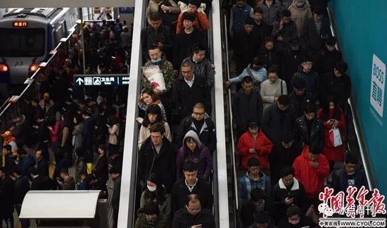 早高峰时的西二旗地铁站。杨子怡/摄