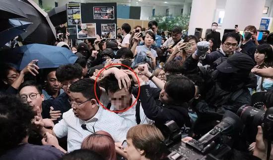 穿白色襯衫的內地學生遭到當地黑衣學生的暴打(圖源:港媒)