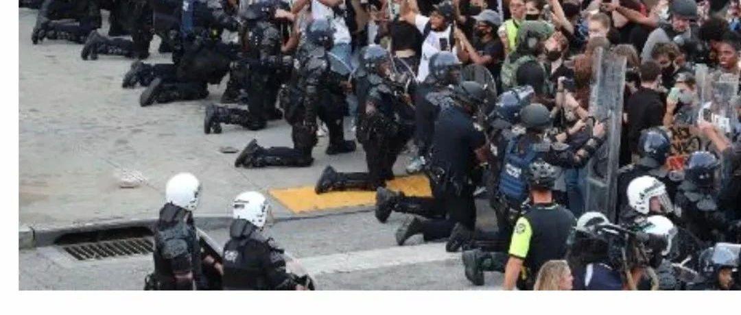 警察向示威者下跪,警长叫川普闭嘴,连任还有戏吗?