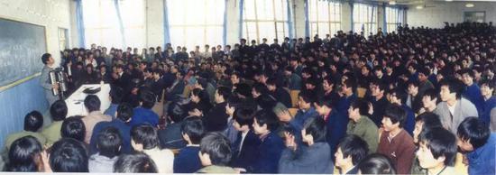 """1987年,庞中华在郑州国棉五厂为千人职工讲""""快乐书法"""""""