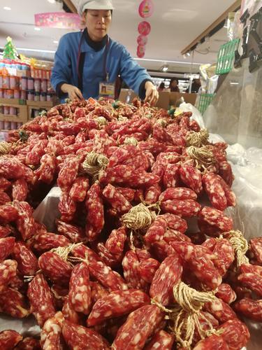 广州市场上销售的猪肉制品都要经过严格的检验检疫 许悦 摄