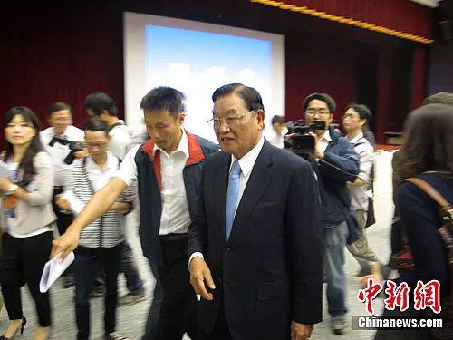 原料图:图为江丙坤出席记者会受到媒体追访。陈立宇 摄