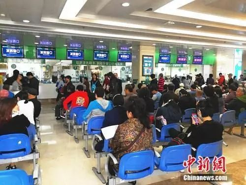 资料图:北京某三甲医院的发药窗口。中新网记者张尼摄