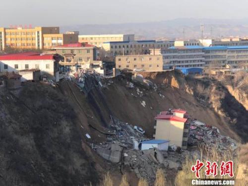 3月15日18时10分许,山西省临汾市乡宁县枣岭乡卫生院北侧发生山体滑坡。 李庭耀 摄