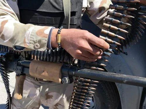 4月8日,在利比亚首都的黎波里南部,利比亚民族团结政府军队士兵在整理武器。(新华社发)