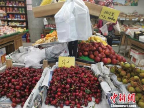 图为社区超市里售卖的荔枝。 谢艺观 摄