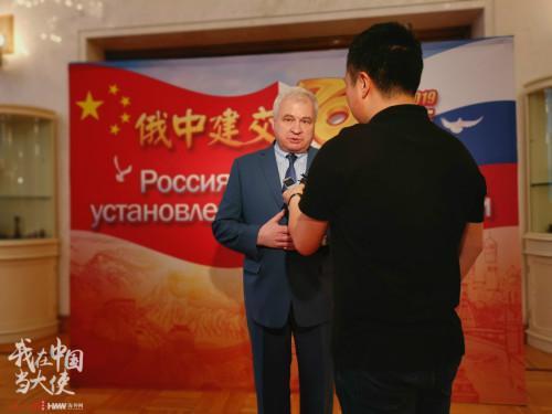 俄罗斯驻华大使安德烈·杰尼索夫接受人民日报海外网记者采访(摄影/海外网 唐哲)