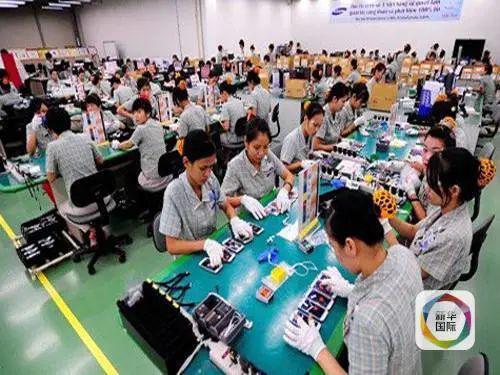 图为越南工人在工厂工作。图源:新华国际