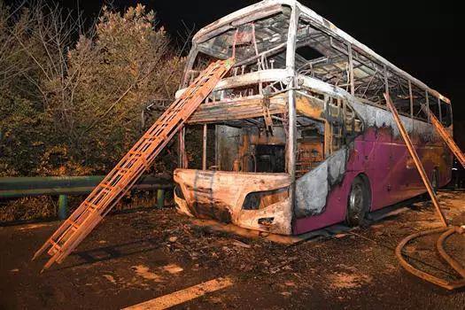 湖南常长高速客车起火事故现场(3月22日摄)。新华社发