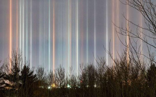 """也有许多人认为,这实际上是一种叫做""""光柱""""的大气现象。"""