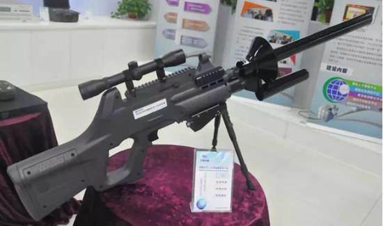 """▲中国国产ADS 2300C""""黑飞无人机管控捕获""""系统,外形也酷似步枪,便于单兵使用。"""