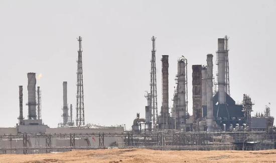 这是9月15日在沙特阿拉伯首都利雅得附近拍摄的一处沙特阿美石油公司的石油设施。新华社/法新