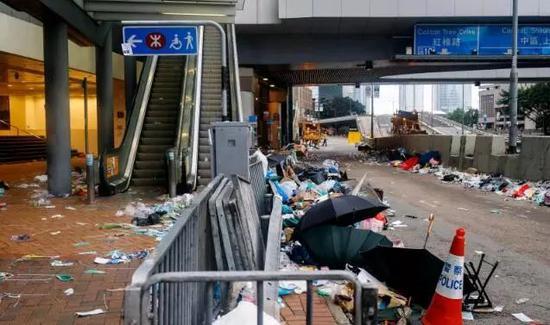 暴力后的香港街道(图源:港媒)