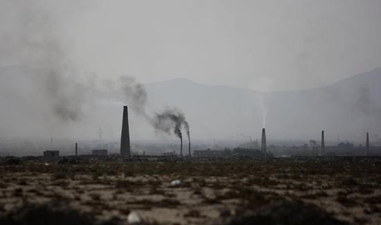 阿富汗首都喀布尔一处造砖厂的烟囱。新华社发