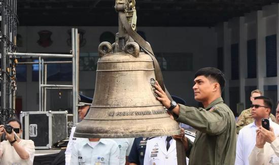 2018年12月11日,巴朗伊加古钟运抵菲律宾马尼拉维拉摩尔空军基地。新华社记者郑昕摄
