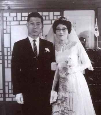 金大中与李姬镐的婚纱照。