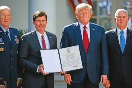 8月29日,白宫,美国总统特朗普(右二)、美国副总统彭斯(右一)、美国国防部长埃斯珀(左二)和现任美国空军太空司令部司令官约翰·雷蒙德出席太空司令部成立典礼。新华社发