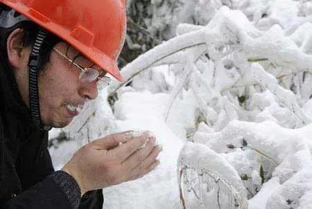 2019-06-18,一名电力抢险队队员在湖北省通山县抢险现场吃雪解渴。