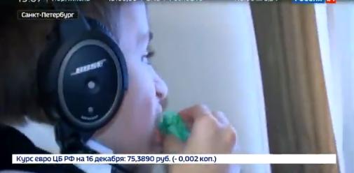 小男孩在直升机上俯瞰圣彼得堡。