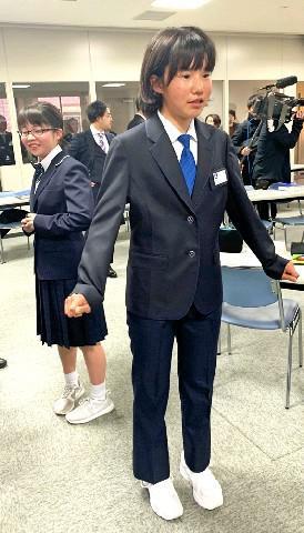 福冈市属中学女生试穿西装裤(西日本新闻)