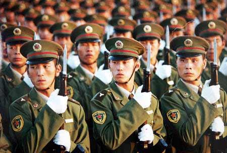 预备役部队在国庆50周年盛大阅兵式的行列中。
