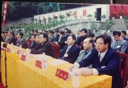 参加60周年校庆时的黄炳松(右一)
