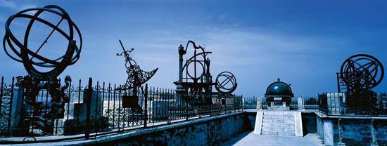 17世纪中叶,中国天文学的水平与欧洲相当接近。图为今位于北京市建国门立交桥西南角的北京古观象台,它是我国明清两代的皇家天文台,上陈列有8架清制天文仪器。