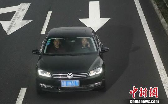 """资料图:某布置在高速路上的""""高清电子眼""""拍摄到车内男子正在接打电话。部门、无锡交警供图"""