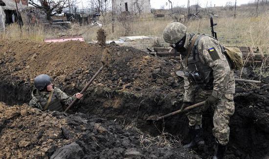 乌克兰军队在亚速海沿岸发掘战壕(图:《每日快报》)