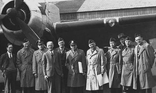 △1945年4月,钱学森(上图右四)随冯·卡门飞赴战火纷飞的德国进走考察。