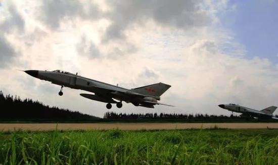 ▲图为东部战区航空兵某旅的战机在转场。(新华社)