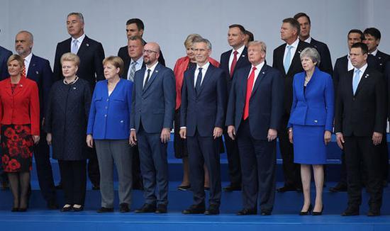 参加北约峰会的各成员国领导人。(《每日快报》)